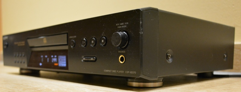 800px-Sony_CDP-XE_570_2_Schw_vorn_schräg_re.JPG